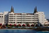 Внутренний дворик отеля с самым большим в мире бассейном - 16 000 кв.м.